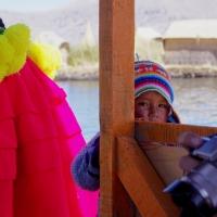 El lago Titicaca en Perú, las islas flotantes de los Uros y el triste número de circo